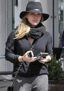 http://img279.imagevenue.com/loc424/th_284321227_Hilary_Duff_out_shopping_in_Beverly_Hills4_122_424lo.jpg
