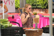 http://img279.imagevenue.com/loc562/th_980491559_Hilary_Duff_Takes_Luca_to_the_Farmers_Market8_122_562lo.jpg