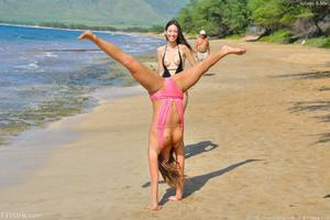 http://img279.imagevenue.com/loc57/th_155764550_Mary_and_Aubrey_Hawaii_II_Beach_Bunnies_52_123_57lo.jpg